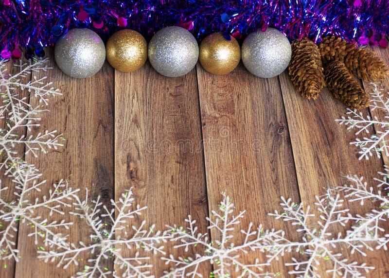Les cadeaux sont emballés dans du papier kraft et attachés avec un ruban de satin avec des jouets de Noël et de la moule violette image stock