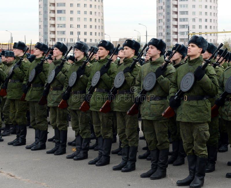 Les cadets de l'école militaire avec les armes à feu manuelles d'infanterie se préparent au défilé le 7 novembre sur la place rou photos stock