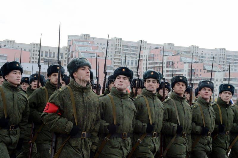 Les cadets de l'école militaire avec des fusils de la grande guerre patriotique se préparent au défilé le 7 novembre sur la place image stock