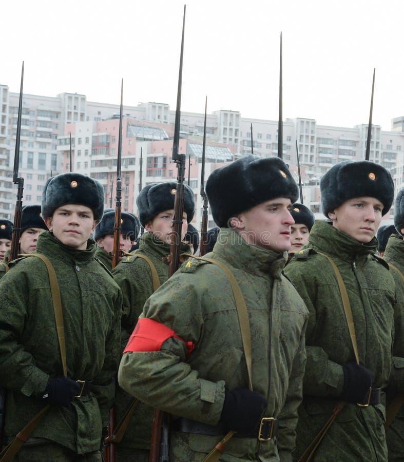Les cadets de l'école militaire avec des fusils de la grande guerre patriotique se préparent au défilé le 7 novembre sur la place photos libres de droits