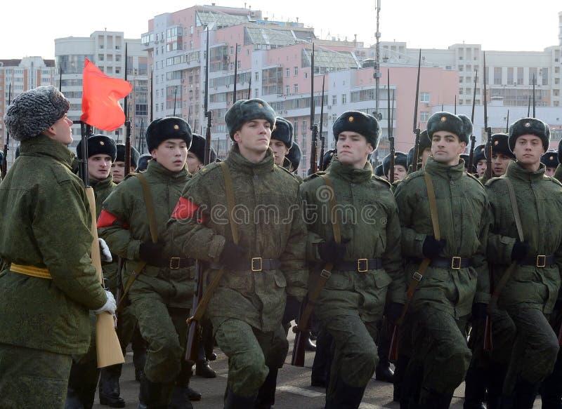 Les cadets de l'école militaire avec des fusils de la grande guerre patriotique se préparent au défilé le 7 novembre sur la place images stock