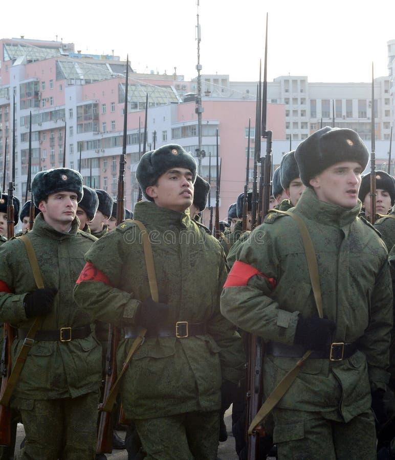 Les cadets de l'école militaire avec des fusils de la grande guerre patriotique se préparent au défilé le 7 novembre sur la place photographie stock