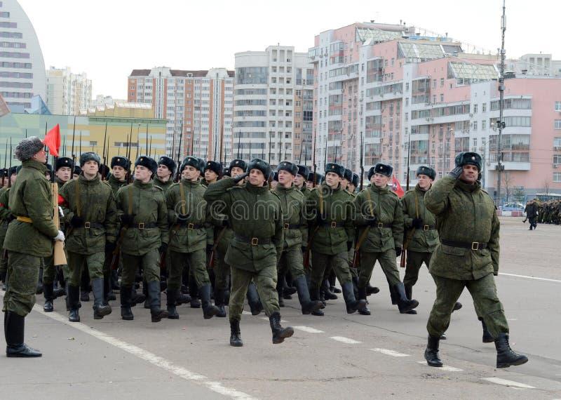 Les cadets de l'école militaire avec des fusils de la grande guerre patriotique se préparent au défilé le 7 novembre sur la place photos stock