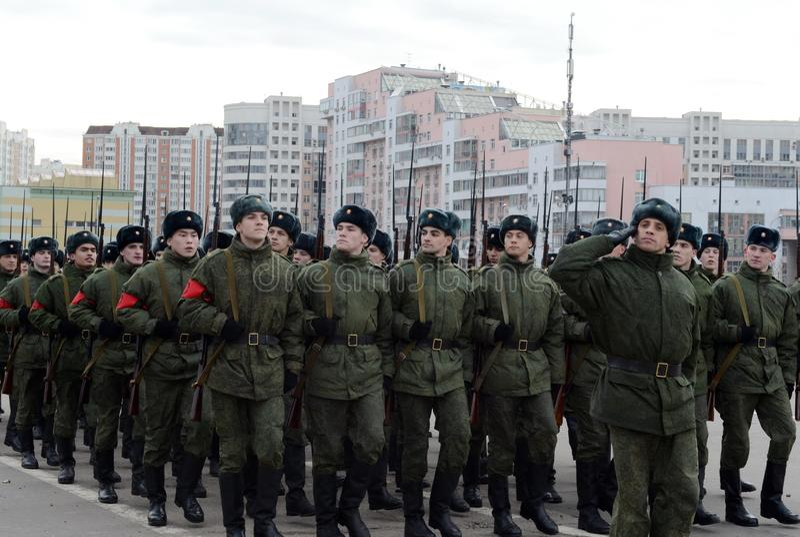 Les cadets de l'école militaire avec des fusils de la grande guerre patriotique se préparent au défilé le 7 novembre sur la place images libres de droits