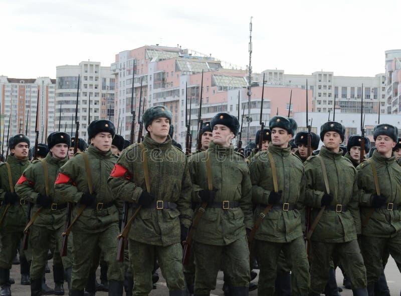 Les cadets de l'école militaire avec des fusils de la grande guerre patriotique se préparent au défilé le 7 novembre sur la place photo stock