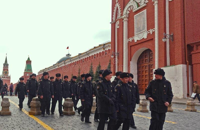 Les cadets de l'école militaire sur la place rouge à Moscou photos libres de droits