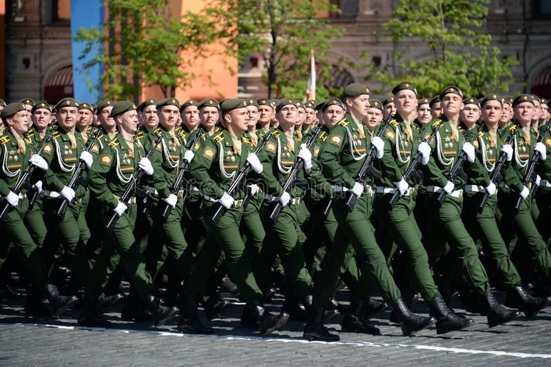 Les cadets de l'académie militaire des forces stratégiques de missile ont appelé après Peter le grand pendant le défilé militaire image stock