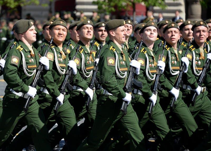 Les cadets de l'académie militaire des forces stratégiques de missile ont appelé après Peter le grand pendant le défilé militaire photos libres de droits
