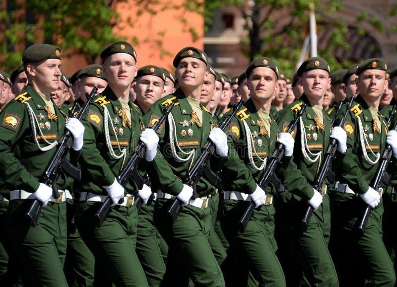 Les cadets de l'académie militaire des forces stratégiques de missile ont appelé après Peter le grand pendant le défilé militaire photo libre de droits