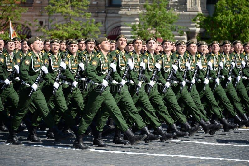 Les cadets de l'académie militaire des forces stratégiques de missile ont appelé après Peter le grand pendant le défilé militaire images stock