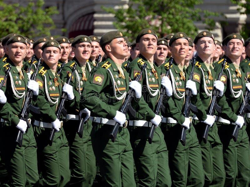 Les cadets de l'académie militaire des forces stratégiques de missile ont appelé après Peter le grand pendant le défilé militaire photo stock