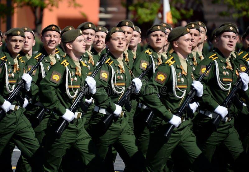 Les cadets de l'académie militaire des forces stratégiques de missile ont appelé après Peter le grand pendant le défilé militaire photos stock