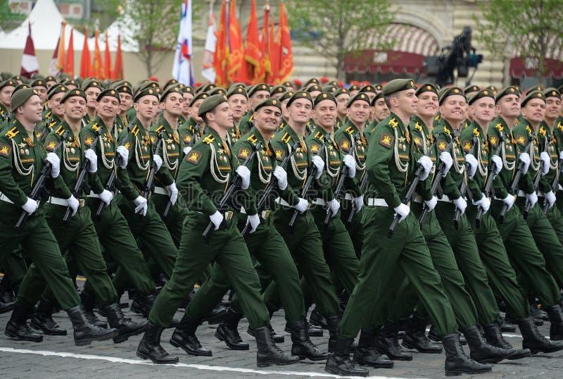 Les cadets de l'acad?mie militaire RVSN ont appel? apr?s Peter le grand d?fil? militaire en l'honneur de Victory Day sur la place photo libre de droits