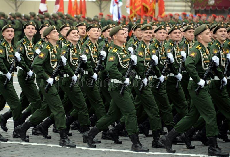 Les cadets de l'acad?mie militaire RVSN ont appel? apr?s Peter le grand d?fil? militaire en l'honneur de Victory Day sur la place photo stock