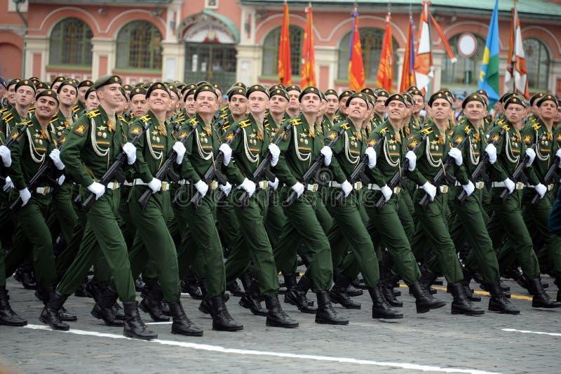 Les cadets de l'acad?mie militaire RVSN ont appel? apr?s Peter le grand d?fil? militaire en l'honneur de Victory Day sur la place photos stock