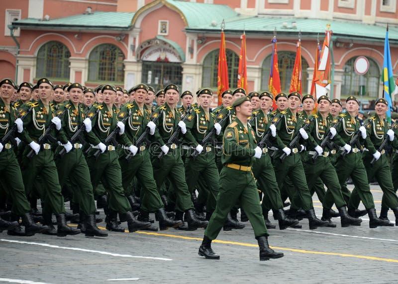 Les cadets de l'acad?mie militaire RVSN ont appel? apr?s Peter le grand d?fil? militaire en l'honneur de Victory Day sur la place photos libres de droits