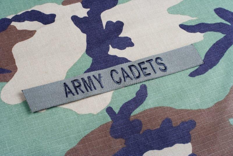 Les CADETS de l'ARMÉE AMÉRICAINE s'embranchent bande sur l'uniforme de camouflage de région boisée image libre de droits