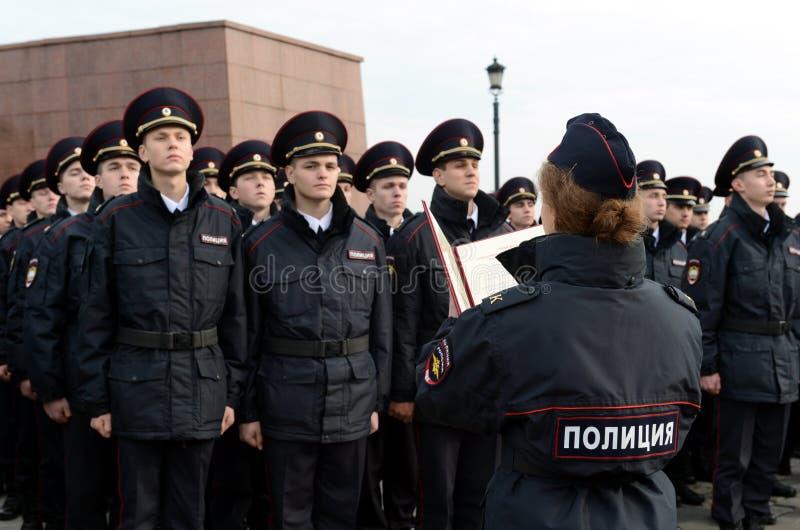 Les cadets de l'université de loi de Moscou du ministère des affaires intérieures de la Russie prennent le serment image stock