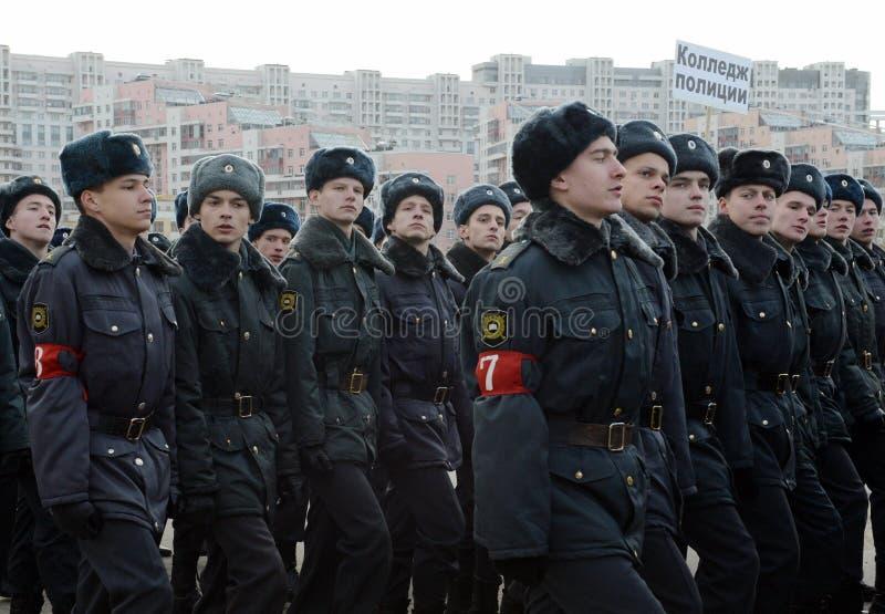 Les cadets de l'université de Moscou de la police se préparent au défilé le 7 novembre dans la place rouge photo libre de droits