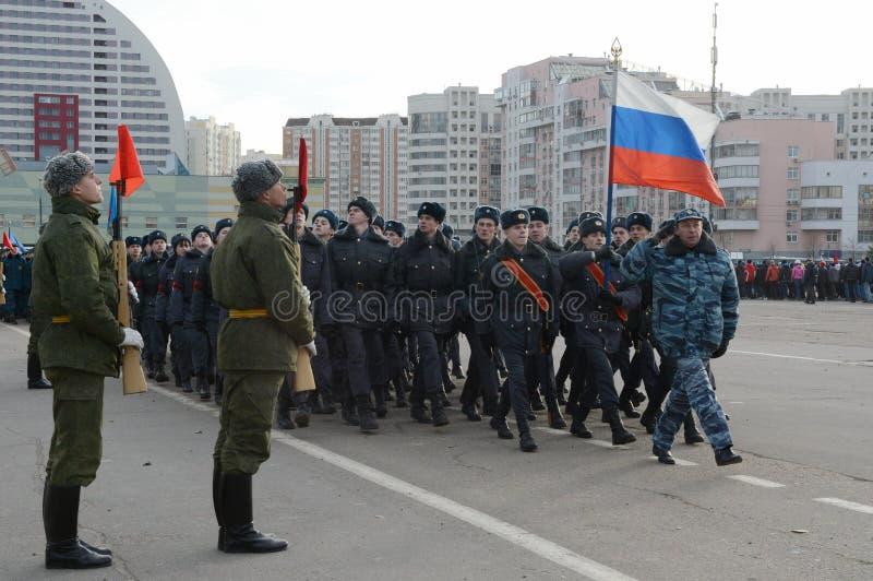 Les cadets de l'université de Moscou de la police se préparent au défilé le 7 novembre dans la place rouge photos stock