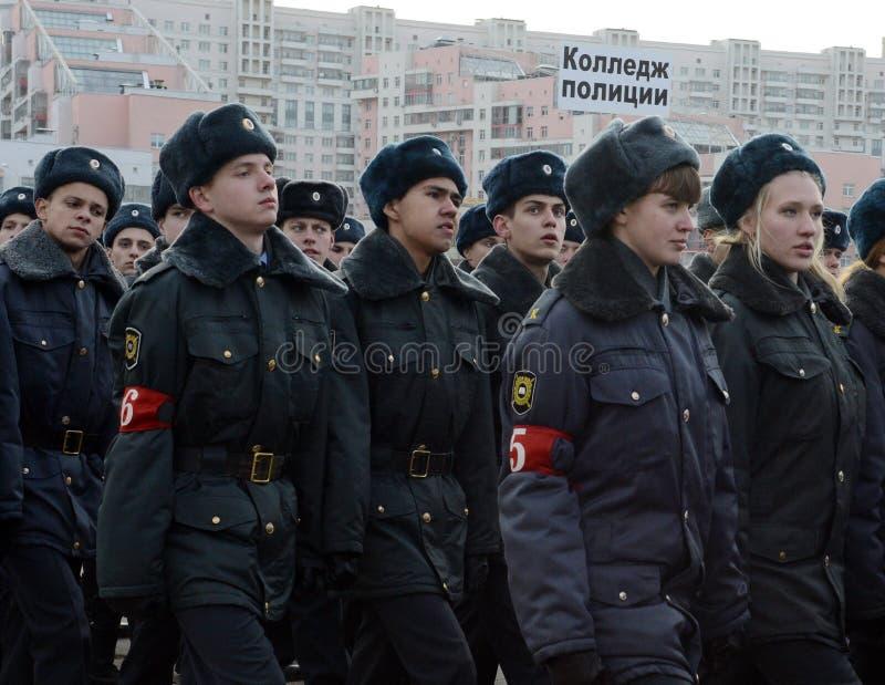 Les cadets de l'université de Moscou de la police se préparent au défilé le 7 novembre dans la place rouge photographie stock