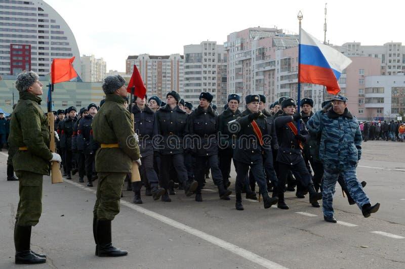 Les cadets de l'université de Moscou de la police se préparent au défilé le 7 novembre dans la place rouge photographie stock libre de droits
