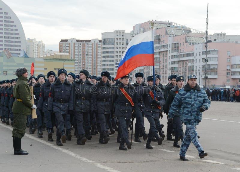 Les cadets de l'université de Moscou de la police se préparent au défilé le 7 novembre dans la place rouge image libre de droits