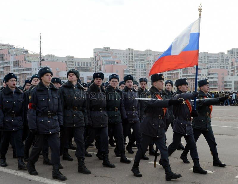 Les cadets de l'université de Moscou de la police se préparent au défilé le 7 novembre dans la place rouge photo stock
