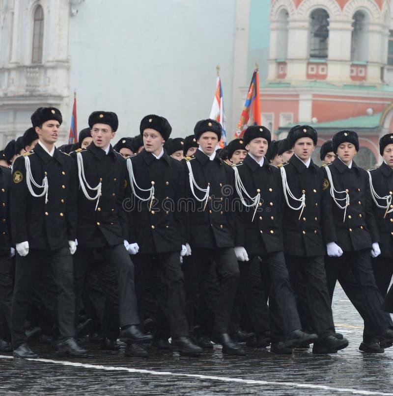 Les cadets de la Marine Corps sur le défilé dans la place rouge à Moscou photo stock