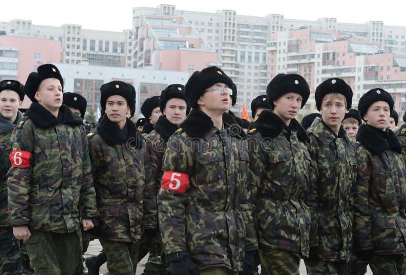 Les cadets de Moscou Marine Corps baptisée du nom des héros de Sébastopol se préparent au défilé le 7 novembre dans la place roug photos stock
