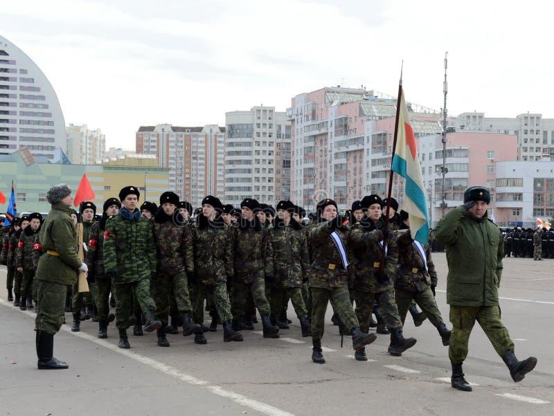 Les cadets de Moscou Marine Corps baptisée du nom des héros de Sébastopol se préparent au défilé le 7 novembre dans la place roug images stock