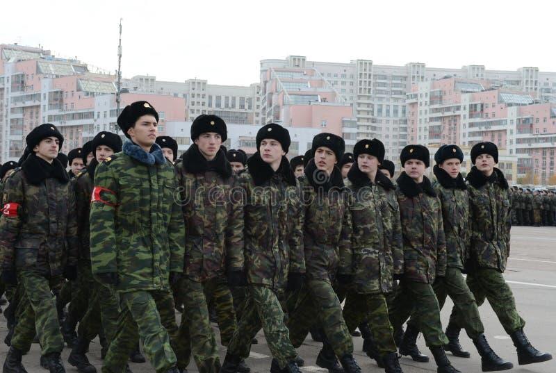 Les cadets de Moscou Marine Corps baptisée du nom des héros de Sébastopol se préparent au défilé le 7 novembre dans la place roug images libres de droits