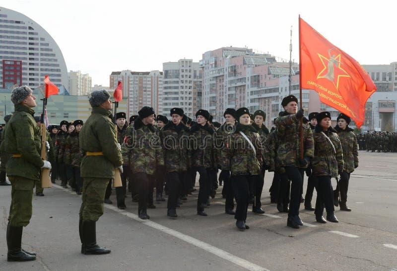 Les cadets des corps de cadet de Moscou à la mémoire des héros de la bataille de Stalingrad se préparent au défilé le 7 novembre  photo stock