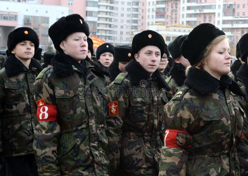 Les cadets des corps de cadet de Moscou à la mémoire des héros de la bataille de Stalingrad se préparent au défilé le 7 novembre  image stock