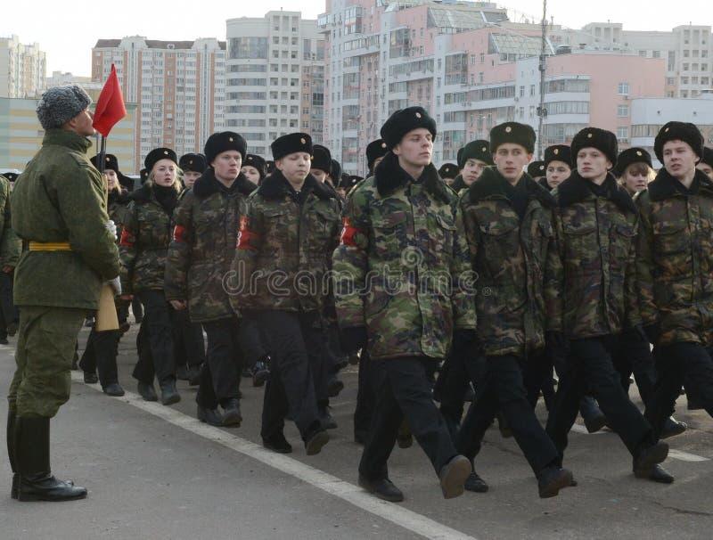 Les cadets des corps de cadet de Moscou à la mémoire des héros de la bataille de Stalingrad se préparent au défilé le 7 novembre  images stock