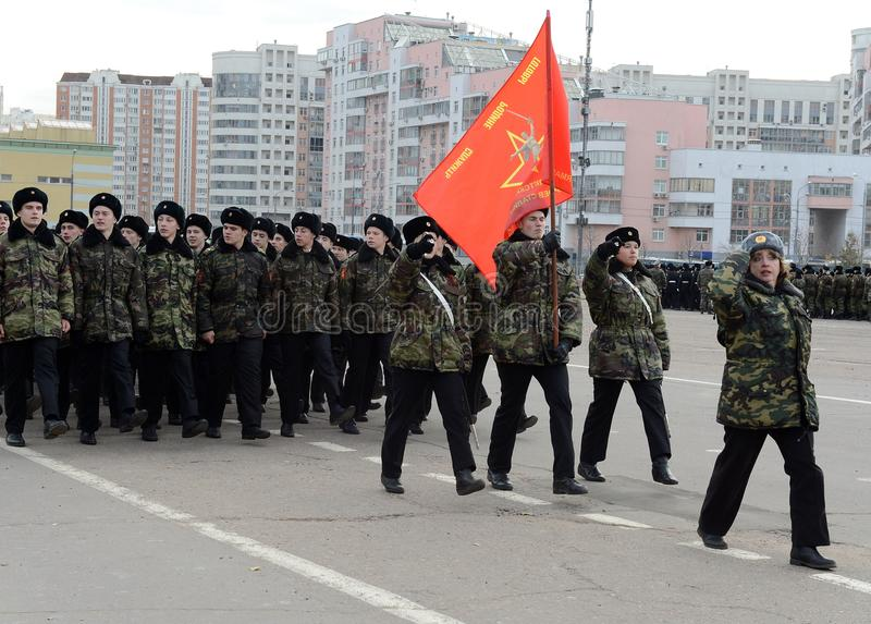 Les cadets des corps de cadet de Moscou à la mémoire des héros de la bataille de Stalingrad se préparent au défilé le 7 novembre  photos libres de droits