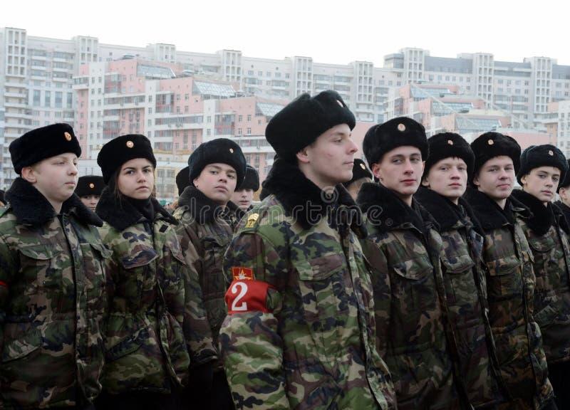 Les cadets des corps de cadet de Moscou à la mémoire des héros de la bataille de Stalingrad se préparent au défilé le 7 novembre  photographie stock libre de droits