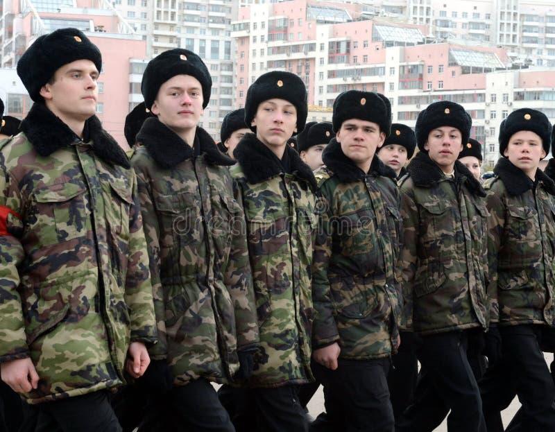 Les cadets des corps de cadet de Moscou à la mémoire des héros de la bataille de Stalingrad se préparent au défilé le 7 novembre  photo libre de droits