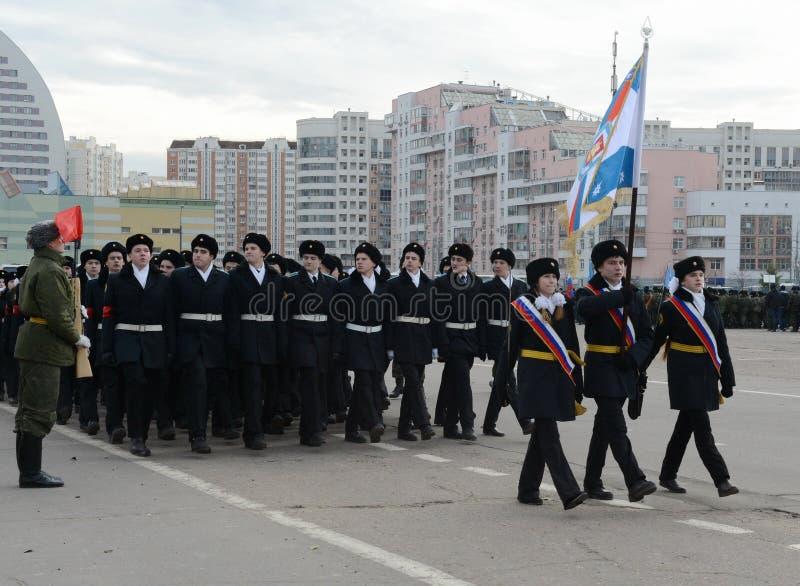 Les cadets des corps de cadet de Moscou des héros de l'espace se préparent au défilé le 7 novembre sur la place rouge photographie stock libre de droits