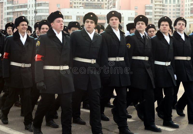Les cadets des corps de cadet de Moscou des héros de l'espace se préparent au défilé le 7 novembre sur la place rouge image libre de droits