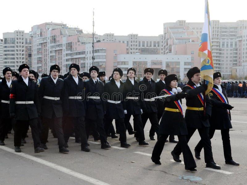 Les cadets des corps de cadet de Moscou des héros de l'espace se préparent au défilé le 7 novembre sur la place rouge photo stock