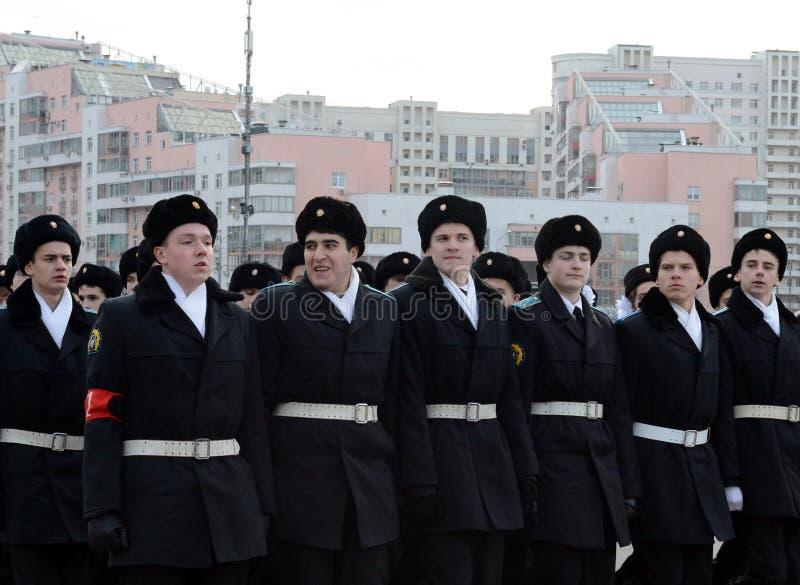 Les cadets des corps de cadet de Moscou des héros de l'espace se préparent au défilé le 7 novembre sur la place rouge photo libre de droits