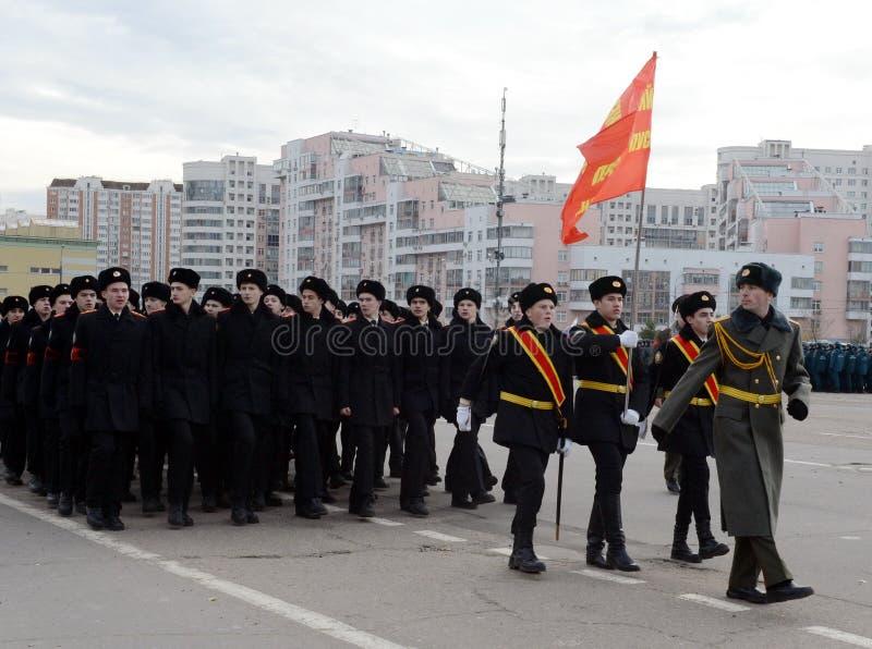 Les cadets des corps de cadet de Moscou Preobrazhensky se préparent au défilé le 7 novembre sur la place rouge photos libres de droits