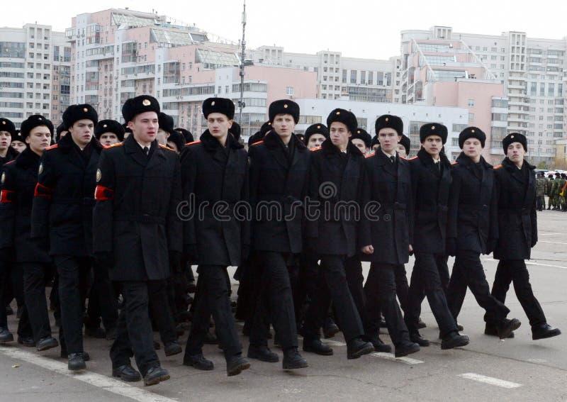 Les cadets des corps de cadet de Moscou Preobrazhensky se préparent au défilé le 7 novembre sur la place rouge image stock