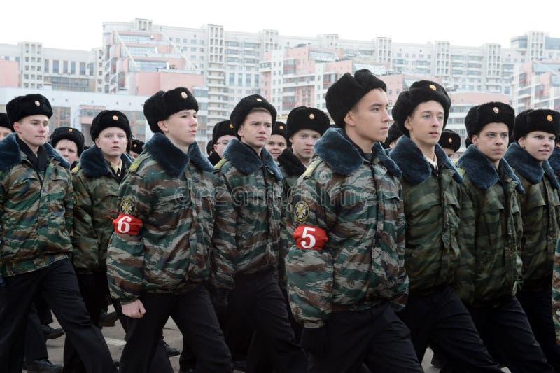 Les cadets des corps de cadet de Moscou se préparent au défilé le 7 novembre sur la place rouge photos libres de droits