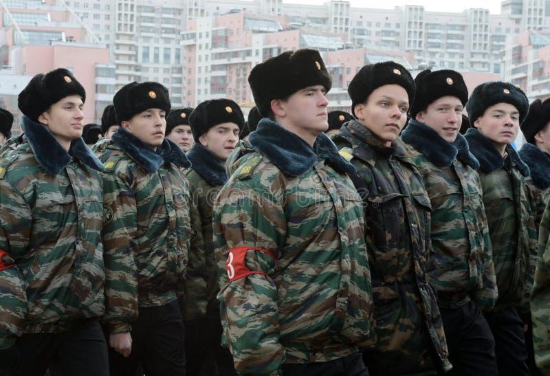 Les cadets des corps de cadet de Moscou se préparent au défilé le 7 novembre sur la place rouge image libre de droits