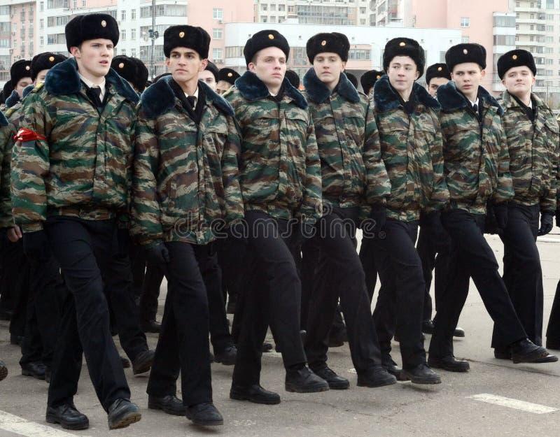 Les cadets des corps de cadet de Moscou se préparent au défilé le 7 novembre sur la place rouge photo libre de droits