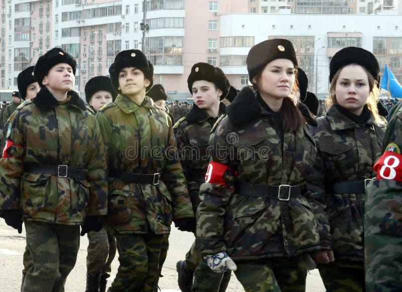 Les cadets des corps diplomatiques de cadet de Moscou se préparent au défilé du 7 novembre sur la place rouge photos stock