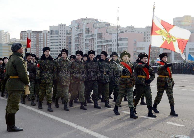 Les cadets des corps diplomatiques de cadet de Moscou se préparent au défilé du 7 novembre sur la place rouge images stock