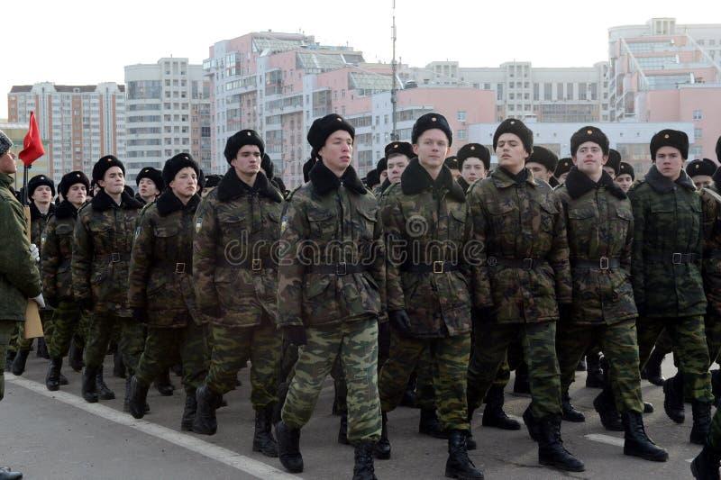 Les cadets des corps musicaux de cadet de Moscou se préparent au défilé le 7 novembre dans la place rouge photo libre de droits